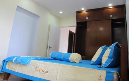 Phòng ngủ 1 được thiết kế sang trọng, có ban công riêng