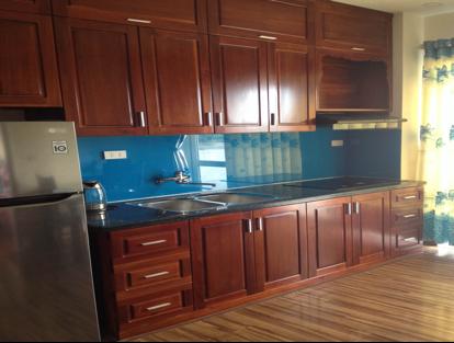Tủ bếp với chất liệu gỗ tự nhiên, ốp kính hiện đại