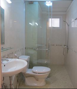 Nhà vệ sinh hoàn thiện với các trang thiết bị chất lượng cao, hiện đại, sang trọng